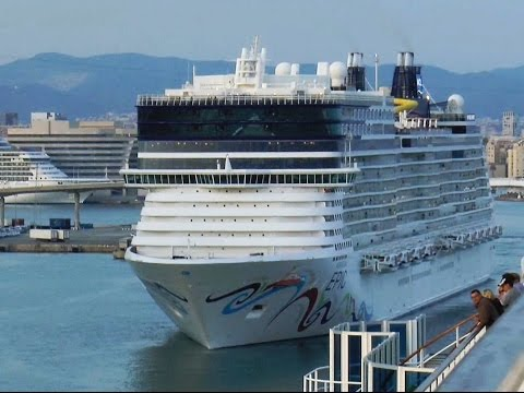 HD | NORWEGIAN EPIC departing in port of Barcelona
