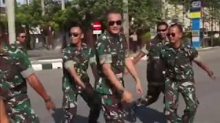 HEBOOOHHH!! SEMANGAT PARA ANGGOTA PERTAHANAN NKRI Joget lagu santai Remix 2017    Keren Abis