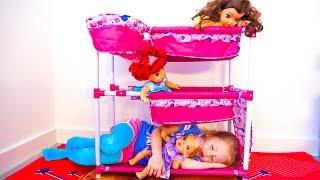 Stacy compró las camas para sus muñecas.