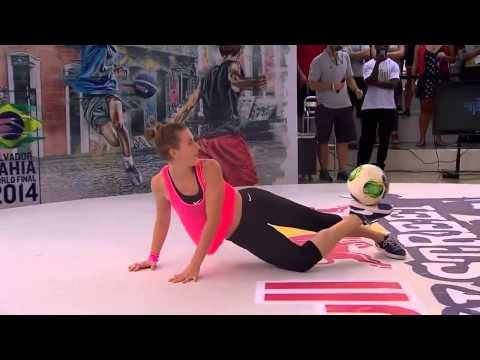 Что творят эти красивые девушки с мячом.