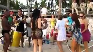Девушка танцует с попами.