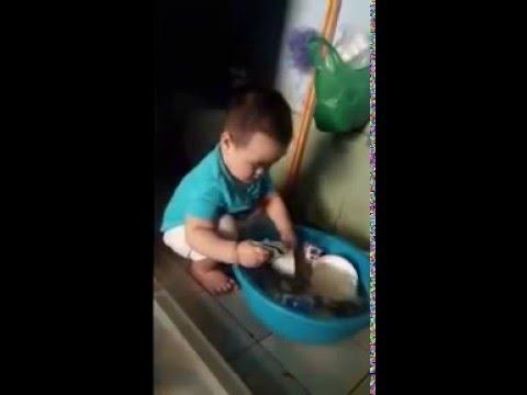 bé trai rửa bát không thua gì người lớn