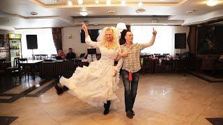 Ряженые жених и невеста танцуют на свадьбе