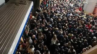 Metrou blocat la Piata Victoriei din cauza aglomeratiei
