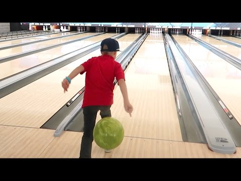 😂🎳KID THROWS BOWLING BALL THE WRONG WAY!! KIDS BOWLING | DYCHES FAM