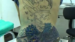 tatuaje cover tribal con geisha y flores de loto espalda