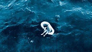 Dieses Mädchen wurde im Meer treibend entdeckt... Die Geschichte dahinter ist unfassbar   MythenAkte