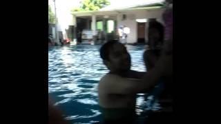 Lagi berenang dengan keluarga