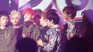 FANCAM 120504 EXO K - Ending Music Bank (Baek fanboying + Suho good manner)