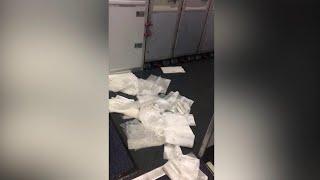 Piove troppo, l'aereo si allaga: fazzoletti per asciugare il pavimento e buste per i sedili