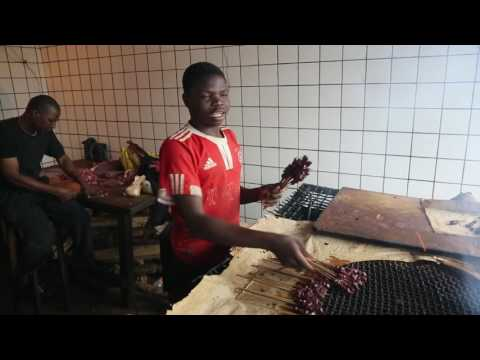 Cameroun Yaoundé La Briquetterie Vendeurs de viande / Cameroon Yaounde La Briquetterie Meet seller