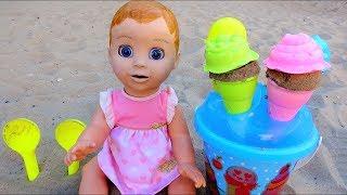 Baby doll jugando con helados juguetes en el patio de recreo. Video para niños