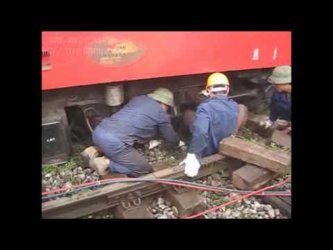 [14/10/2011] D19E-922 trật bánh khỏi đường ray