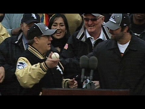 Konerko presents Reinsdorf with WS final out ball