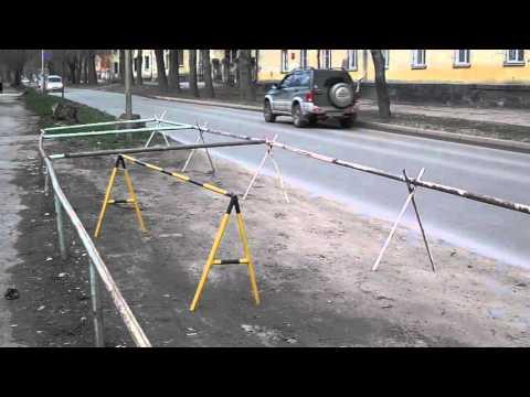 Антипарковочная система из водопроводных труб. Новосибирск. ул. Александра Невского (Апрель 2016)