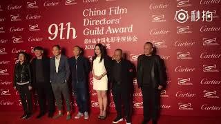 #赵薇# 参加第九届导演协会提名晚宴红地毯与各位评委合影视频 