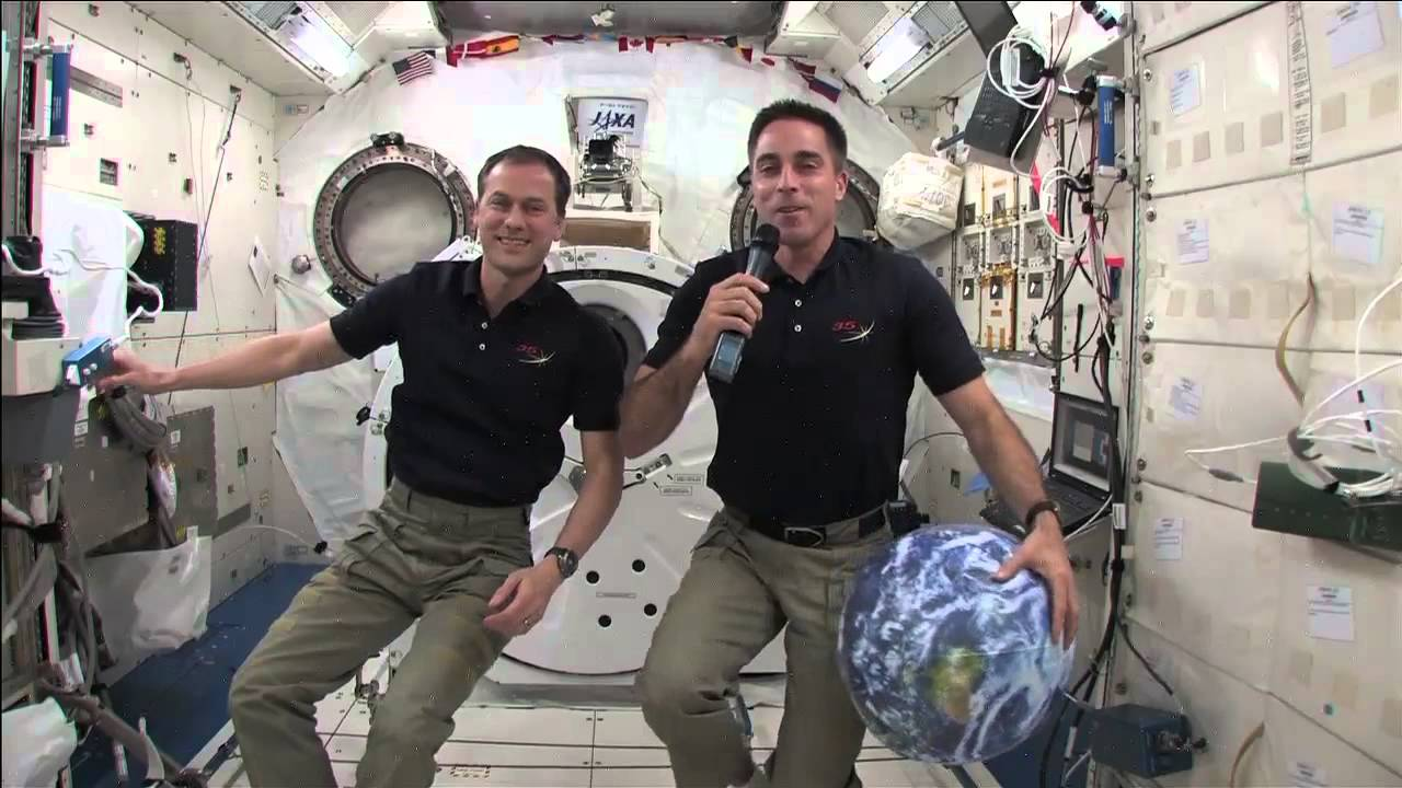 how does astronaut live in space - photo #11