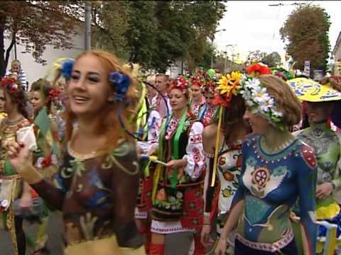 Парад вышиванок: голые девушки и гопак перед Нацбанком