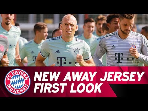 First Look at the New Away Jersey! /w FC Bayern Training Session | Re-Live
