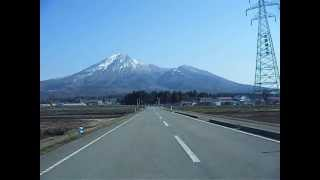 トヨタのCMで福島県の磐梯山にむかってクルマがまっすぐ走っていくシー...
