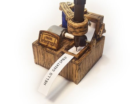 Una encantadora impresora de telegramas que escribe con rotulador los mensajes del móvil
