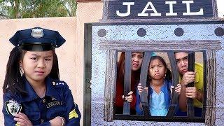 Jannie y Wendy Pretenden Jugar a la Policía |Videos para Niños | Pretend Play Locked Up