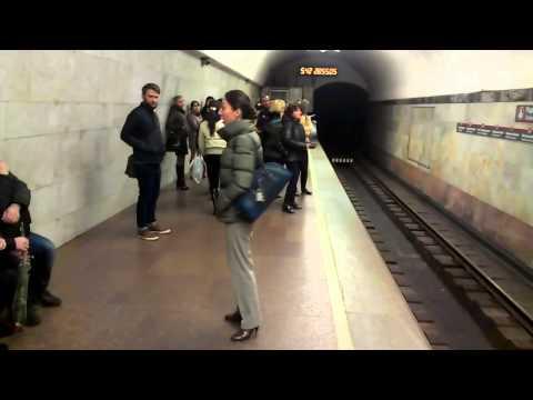 Девушка поет в метро Харьова