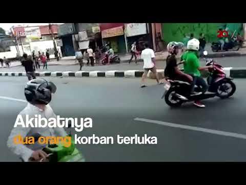 Tawuran di Jl Dewi Sartika  Ada yang kepalanya kena clurit  Hiii    Entahlah