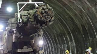 高知市五台山に建設中のトンネル工事現場で、掘削をするブームヘッダー...