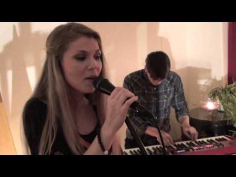 Katri Ylander & Yksinäinen yhtye - Karkaan (akustinen live @ Pihasali)