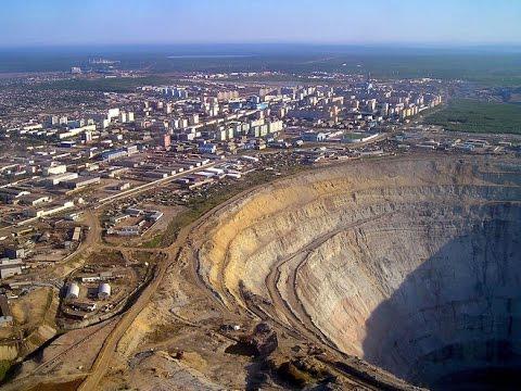 Алмазный карьер в Якутии.