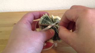 How to Make a Money Lei - Assembling the Lei