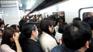 Métro de Tokyo 3 jours après le tremblement de terre - Impossible de monter dans le train