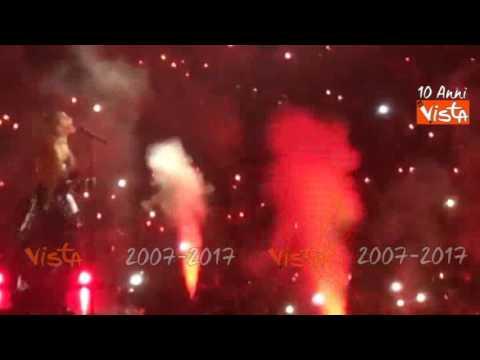 Ariana Grande a Torino, le pirotecniche coreografie del concerto
