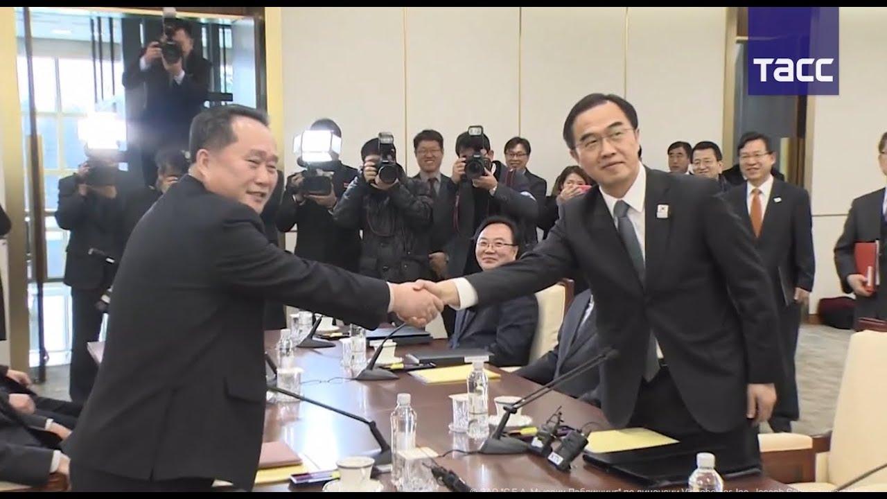 Кадры исторической встречи делегаций КНДР и Южной Кореи