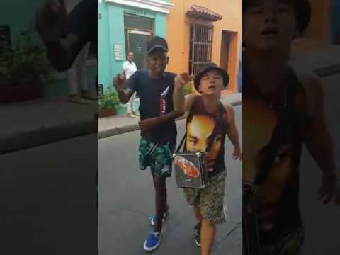 I due bambini prodigio fanno rap per le strade della Colombia.