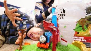 トラックマスターきかんしゃトーマスの「ツイストトルネードセット」です。トーマスが竜巻に巻き込まれます。忙しいです。 鈴川絢子:主に鉄道が好きです。おもちゃも好きです。
