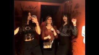 Алиана Устиненко гуляет в баре с подругой Лисой ))