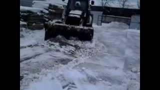 Трактор чистит снег (CATERPILLAR 432F)(, 2015-01-09T14:48:31.000Z)