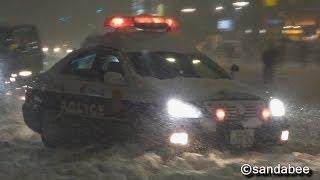 大雪の東京警視庁パトカーの目前を信号無視で逃げ切る4WD車。Flew out from a police car.