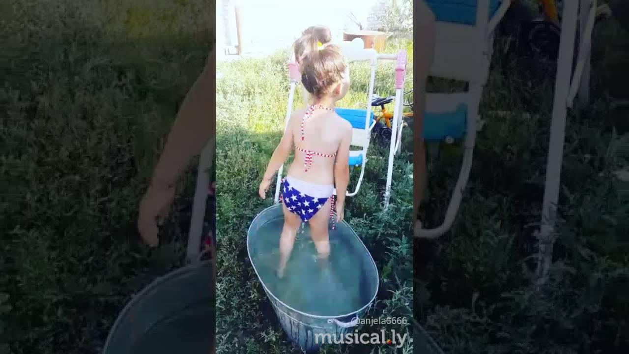 Мы купаемся в ванной летом в жарууу