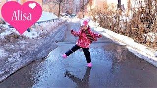 Алиса гуляет ПРЫГАЕТ ПО ЛУЖАМ Весна в Новосибирске Детский канал Little baby Alisa