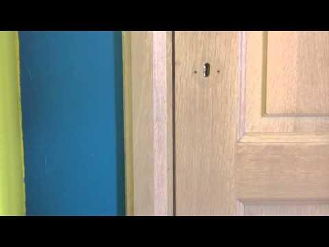 poser une serrure de porte astuce bricolage youtube. Black Bedroom Furniture Sets. Home Design Ideas