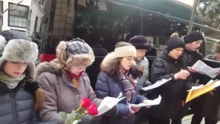 أمريكيون يؤدون نشيد روسيا الوطني تكريما لضحايا تو-154