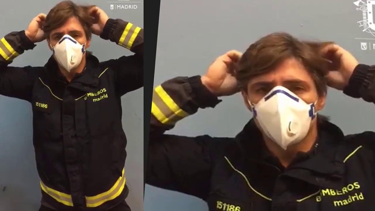 Bomberos de Madrid explican como poner y quitar la mascarilla protectora y los guantes