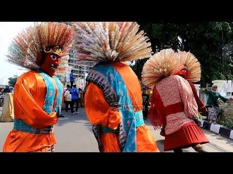 big-puppets-show-on-the-road-💖-betawi-cultural-arts-💖-ondel-ondel-joget-ditengah-jalan-raya