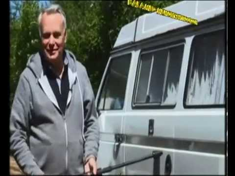 Jean-Marc Ayrault nettoie son combi Volkswagen