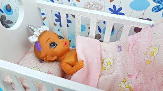 Baby doll morning in the dollhouse! Doll Bathes in the bath and Barbie morning routine
