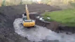 Pé de chumbo trabalhando na escavadeira da NEW HOLLAND 245 fazendo açude