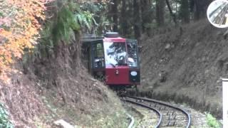 ほうらい丘駅近辺で停車している比叡山鉄道坂本ケーブルのケーブルカー「縁」号
